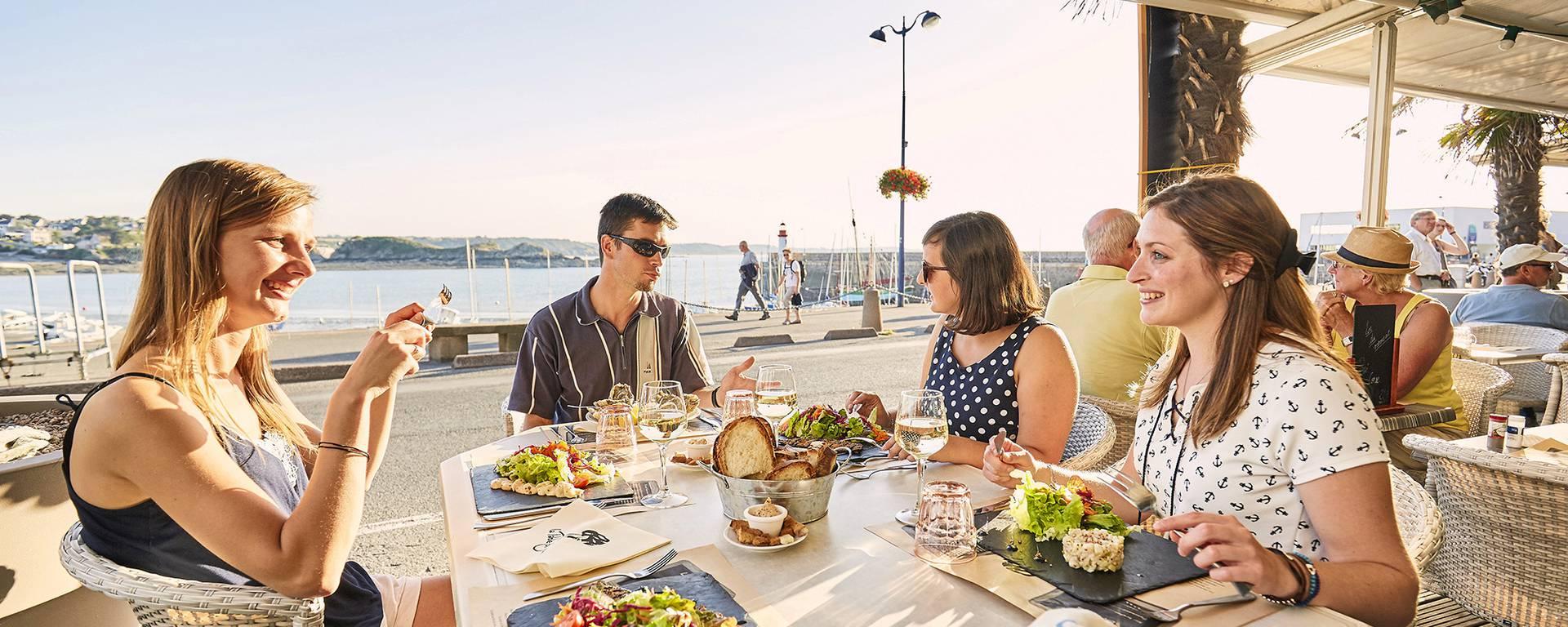 Restaurant en terrasse sur le port d'Erquy