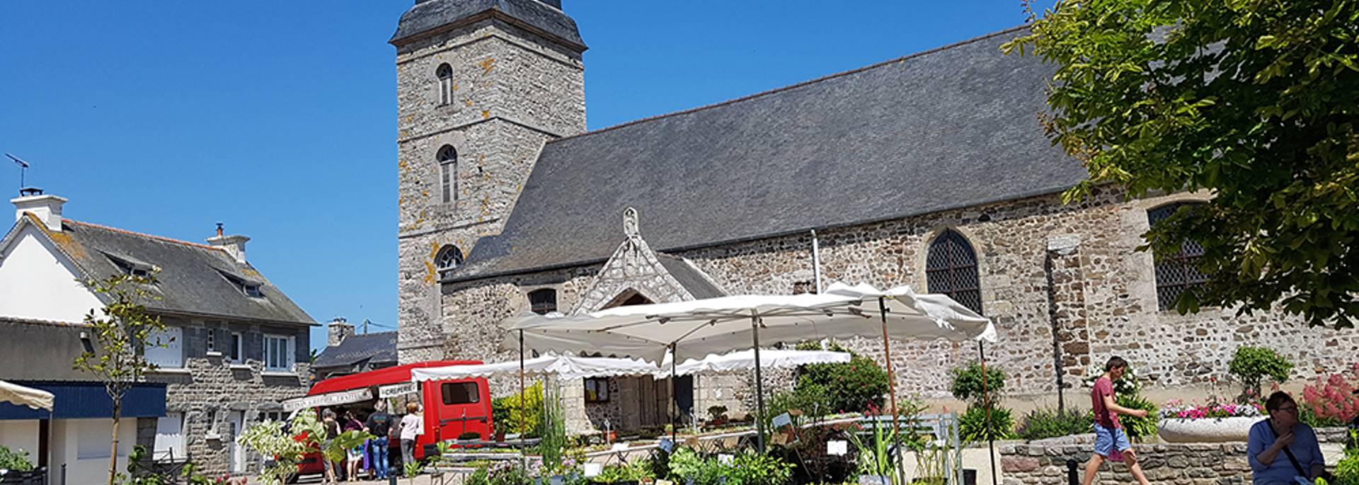 Eglise et marché aux plantes de Plurien