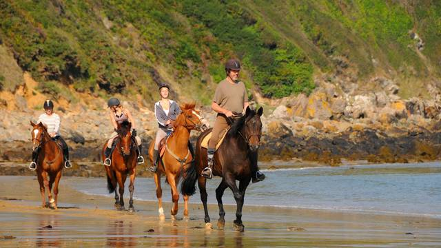 A cheval sur la plage des Vallées
