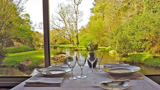 Table de restaurant à Jugon-les-Lacs
