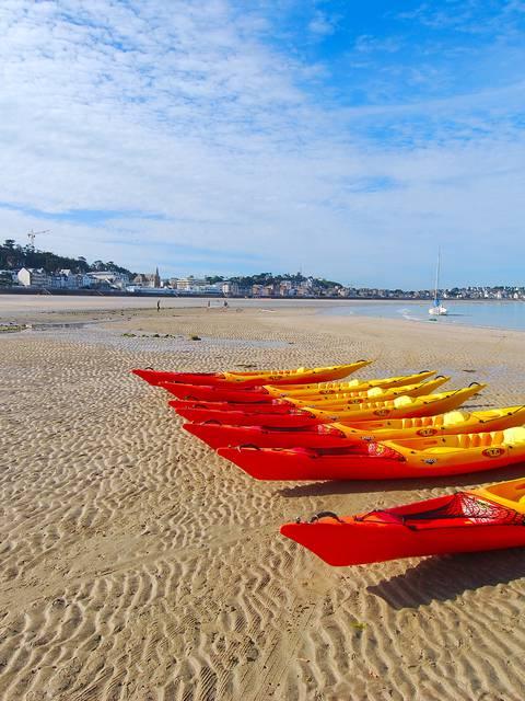 Kayaks sur la plage du Val-André