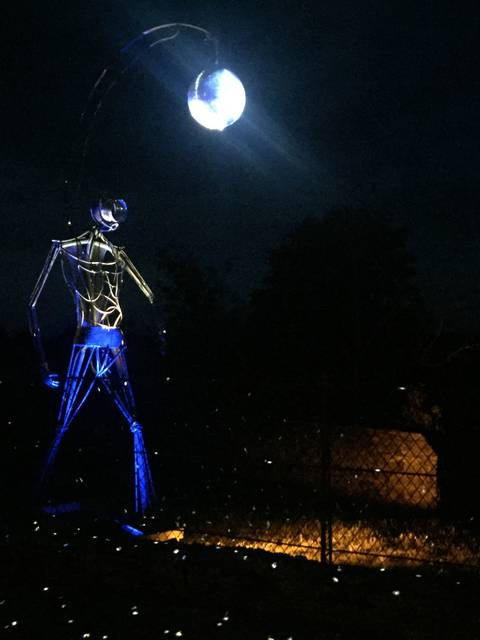 Un géant surgit de la nuit