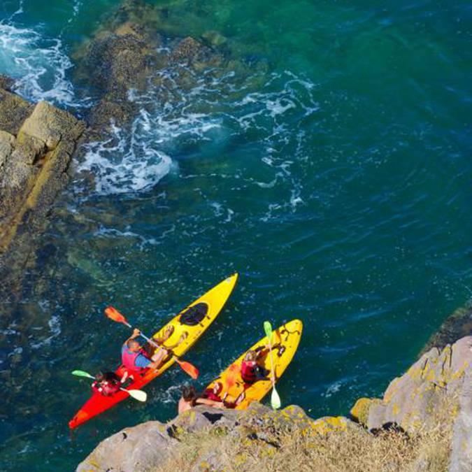 En kayak près du Cap d'Equy © F.Hamon