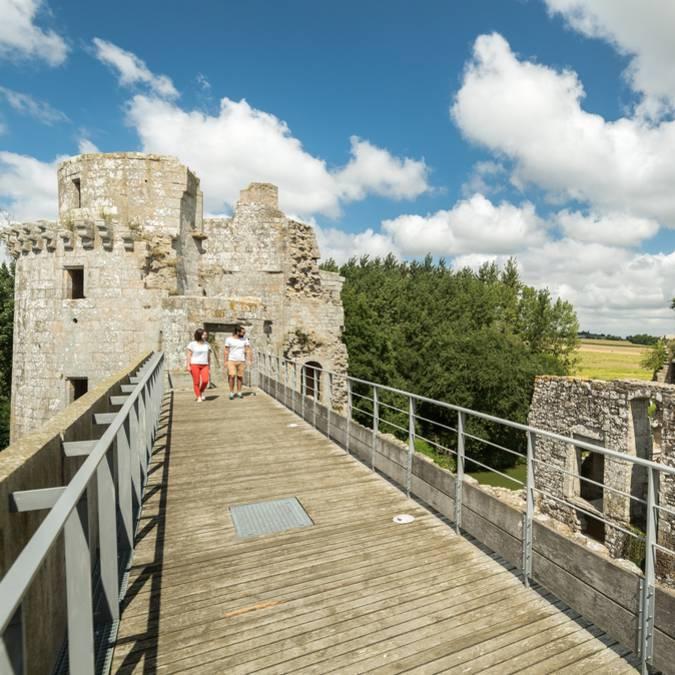 Sur le chemin de ronde du château de la Hunaudaye